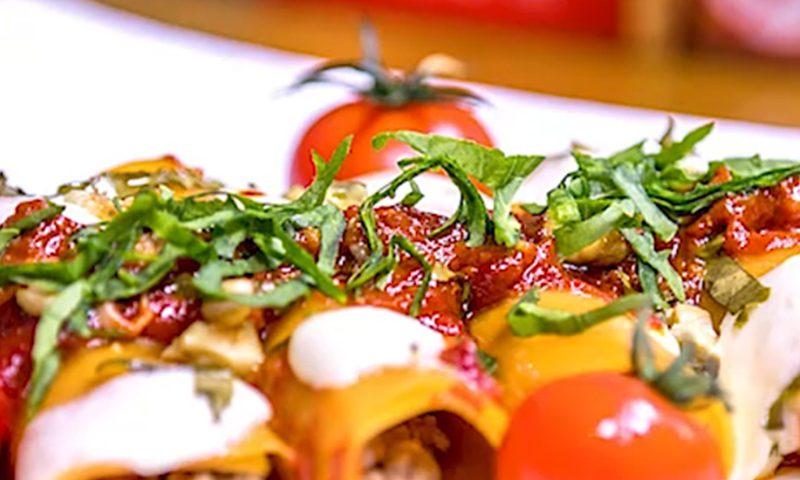 رول لازانیا با سس گوجه و پنیر موزارلا