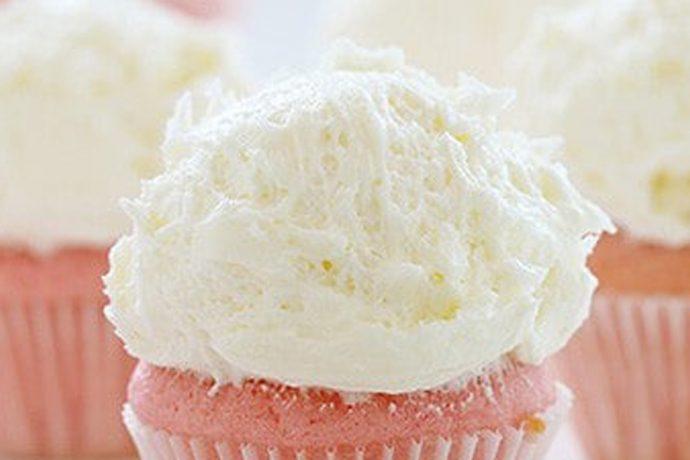 ماگ کیک را مطابق با دستورالعمل روی بسته پخت نمایید. کره را در یک کاسه با همزن برقی با سرعت متوسط و به مدت ۳ دقیقه بزنید تا محلول نرمی بدست آید. وانیل و عصاره بادام را اضافه کنید، شکر، شیر و نمک را نیز کم کم اضافه کنید و در حین اضافه کردن، با سرعت پایین مواد را هم بزنید. هنگامیکه تمام مواد را اضافه کردید، حداقل ۳ دقیقه با سرعت زیاد همزن، مواد را مخلوط کنید.(میتوانید مواد را برای مدت ۲ هفته در فریزر نگهداری کنید. در این صورت لازم است پس از خروج از فریزر مواد را با همزن هم بزنید). ماگ کیک را با مواد آماده شده تزئین نمایید.