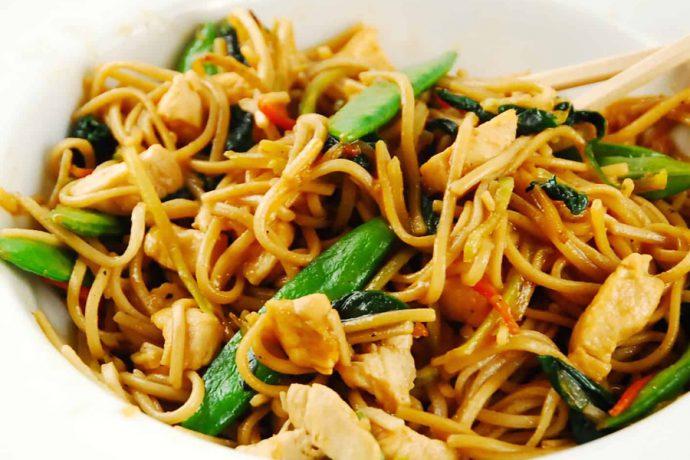 اسپاگتی به همراه مرغ و لوبیا سبز