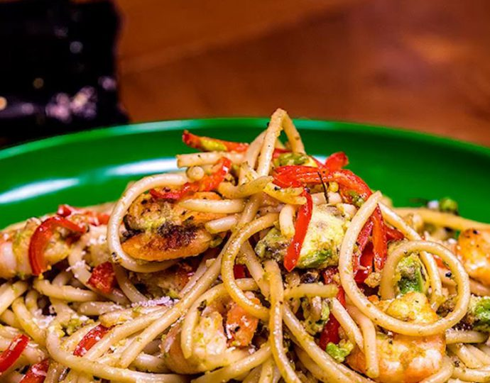 اسپاگتی با میگو و آواکادو