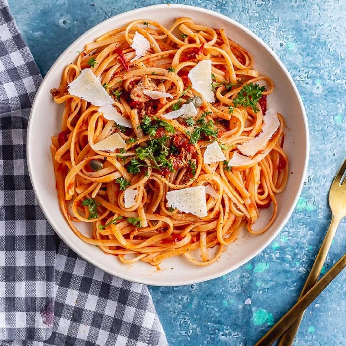 طرز تهیه اسپاگتی لینگوئینی با سس قرمز